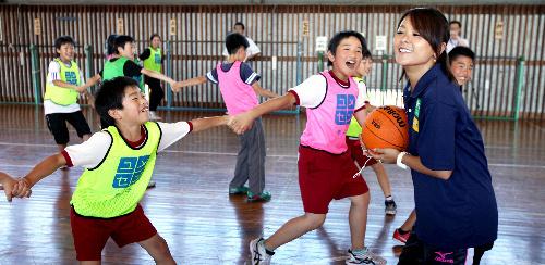 写真:「カワちゃんが、ボール持ったら止まるんだよー」と川上さん=新潟県長岡市、郭允撮影