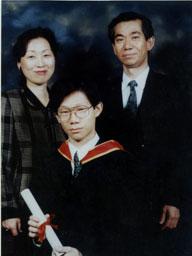 写真:英国王立音楽院を首席で卒業、両親と記念撮影=1997年6月、ロンドン
