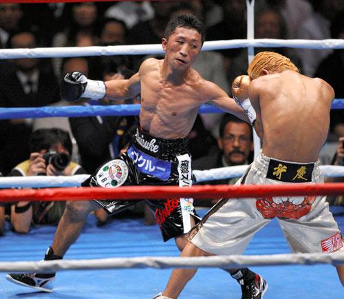 写真:亀田大毅選手を破りWBC王者を防衛した大助(左)=2007年10月11日、有明コロシアム、杉本康弘撮影