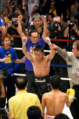 写真:ポンサクレック選手を破り、初のWBCフライ級王座に就いた内藤大助(中央)=2007年7月18日、東京・後楽園ホール、小宮路勝撮影