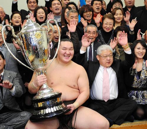 写真:支度部屋で関係者と優勝を喜ぶ白鵬。右は宮城野親方=1月23日