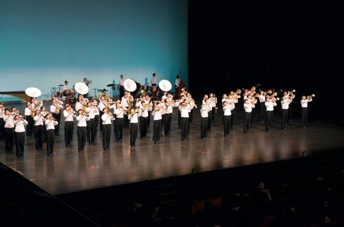 写真:演奏を披露する瀬田北中学校吹奏楽部=大津市打出浜