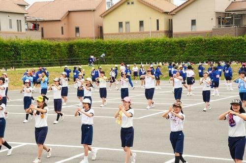 写真:基本となる行進の仕方を学ぶ参加者ら=1日、羽曳野市南恵我之荘