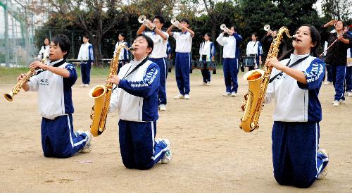 :屋外での練習に励む部員=北九州市八幡西区北筑1丁目の県立北筑高校