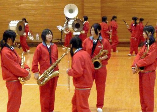 写真:パートに分かれ、チェックしながら練習が進む=秋田市
