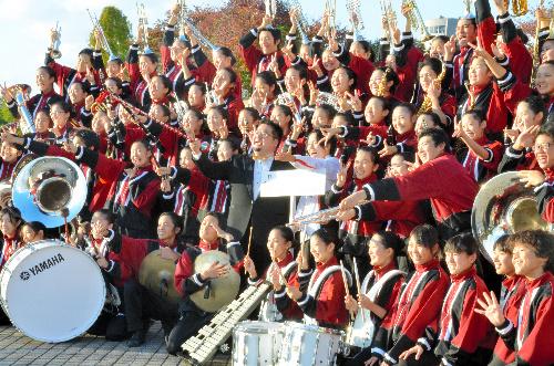写真:銀賞に輝き、記念撮影する浦和学院高の生徒たち=大阪城ホール