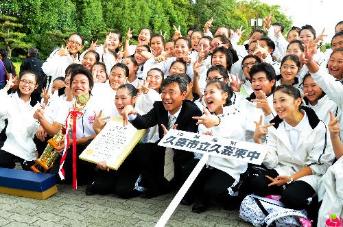 写真:金賞で喜ぶ久喜東中の生徒たち=大阪城ホール