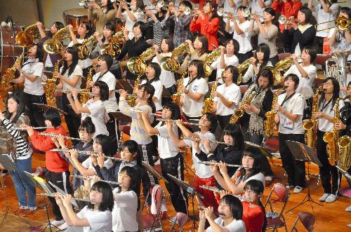 写真:本番に向けて練習する橘高校吹奏楽部のメンバー=京都市伏見区