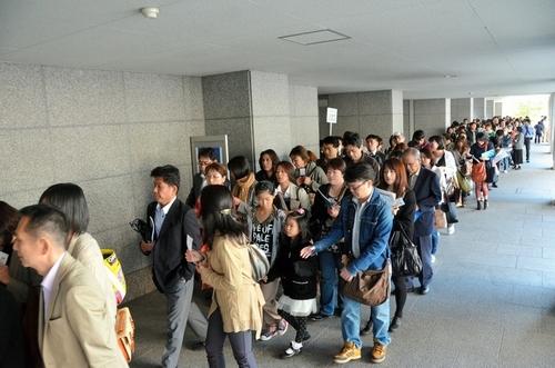 写真:開場時間になり入場を始める客=31日午前8時すぎ、名古屋市熱田区の名古屋国際会議場
