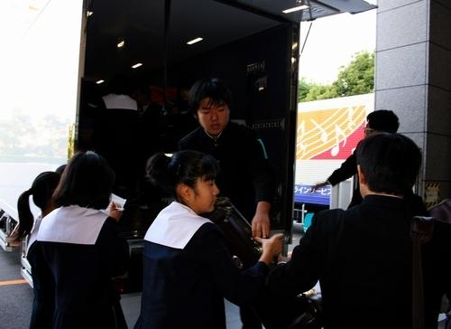写真:トラックで会場に着いた楽器を下ろす名古屋市立汐路中の生徒=名古屋市熱田区の名古屋国際会議場