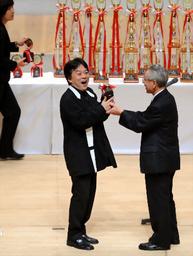 写真:舞台で喜ぶヤマハ浜松の指揮者・須川展也さん=24日午後、松山市の愛媛県県民文化会館、荒元忠彦撮影