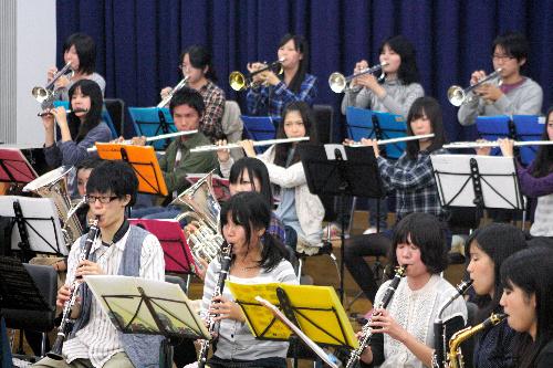 写真:キャンパス内で最後の全体練習をする龍谷大吹奏楽部のメンバー=大津市