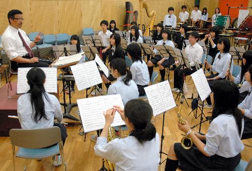 写真:時に具体的、時に抽象的。根本直人さん(左端)の指示を聞く生徒たち=磐城高校