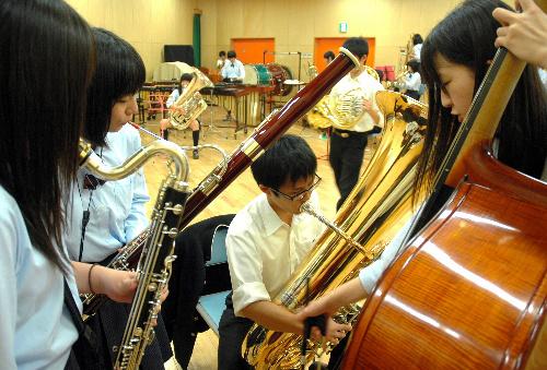 写真:各パート練習の基となるリーダーたちの音合わせ。耳を寄せ合うようにしながらハーモニーをつくり出していく=磐城高校