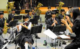 写真:高田教諭の指導で練習に励む生徒たち=29日午後7時30分、東京都新宿区、角野写す