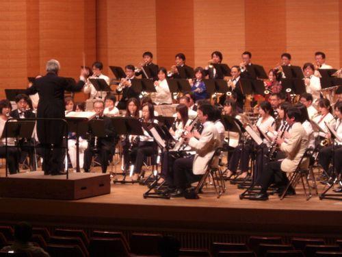 写真:秋山紀夫さんの指揮で演奏する東京都職場50周年記念ドリームバンド=28日、品川区立総合区民会館