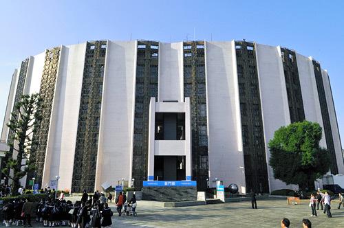 写真:普門館:普門館の外観。円柱を二つ重ねたようなデザイン=東京都杉並区和田2丁目