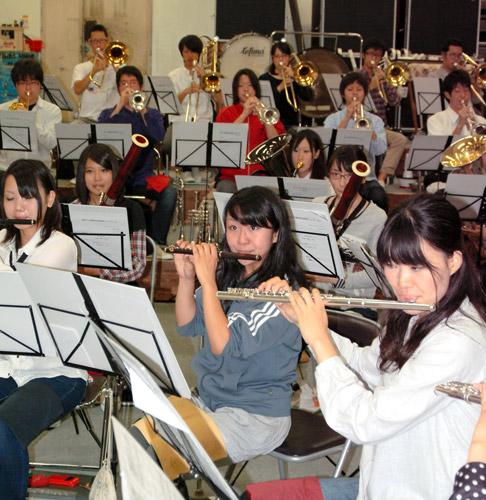 写真:練習に励む近畿大吹奏楽部の部員たち=東大阪市宝持3丁目