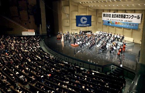 写真:ステージには「響け!復興のハーモニー」と書かれた横断幕が掲げられ、満員の聴衆が演奏に聴き入った=23日午後、東京都杉並区の普門館、金子淳撮影