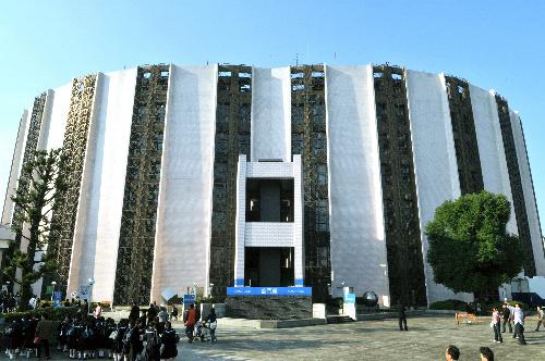写真:円柱を二つ重ねたようなデザインになっている普門館=東京都杉並区