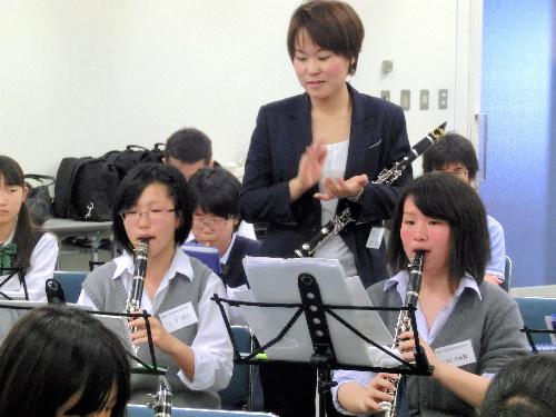 :有馬理絵さん(後方中央)にクラリネットのアドバイスを受ける中高生たち