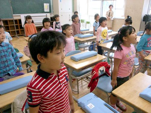 写真:近くの小学校の教室で保育を受ける東京都品川区立伊藤保育園の園児たち。「ジョイント期カリキュラム」の取り組みだ=20日、花野写す