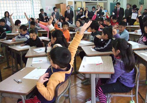 写真:G授業の小4道徳多人数授業。43人を2人の教員が教えた=19日、宮崎県五ケ瀬町立三ケ所中