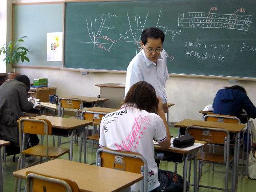 写真:宮崎県立宮崎東高校通信制のスクーリング。数学に悩む生徒に教師が個別指導=宮崎市神宮東1丁目