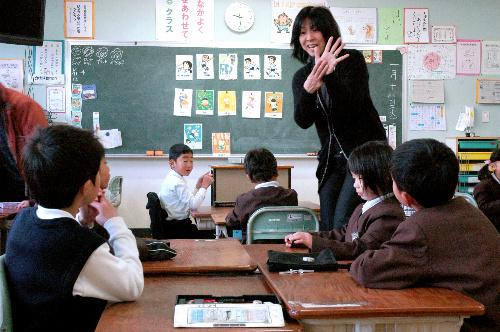 写真:「これはいくつ?」「うーん、eight!」。数字あてクイズやゲームを採り入れた英語授業では、子どもたちの元気な声が響き渡っていた=大阪府千早赤阪村の村立赤阪小、阪本写す