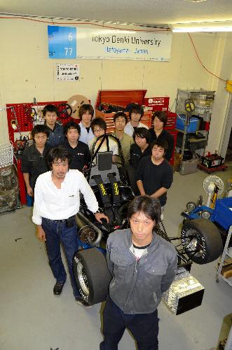 写真:東京電機大学:リーダーの新井晃寿さん(手前)とチームのメンバーら=埼玉県鳩山町