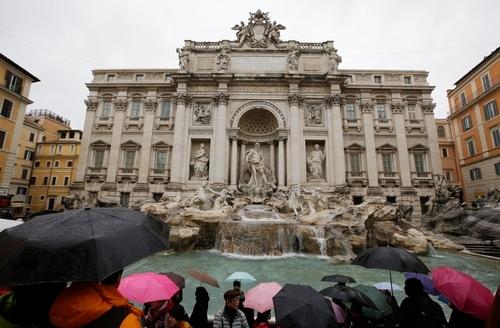 写真:28日、観光客が詰めかけたローマのトレビの泉=AP