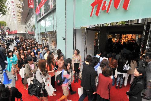 写真:「H&M」が開店し、次々と入店する買い物客=21日午前10時58分、名古屋市中区、恵原弘太郎撮影