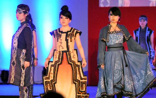写真:民族衣装をテーマに自作した衣装を披露する短大生たち 拡大