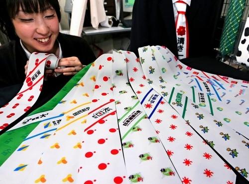写真:衆院選を戦う主要政党のロゴマークがデザインされたネクタイ=東京都中央区、上田潤撮影