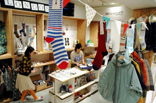 写真:渋谷パルコ・パート1の1階にある「ミツカルストア」。店に並ぶ約500種類の商品のうち7割が、若手ブランドの商品だ=東京都渋谷区