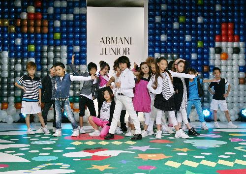 写真:アルマーニジュニアのショー=2010年12月、東京・六本木、川瀬洋氏撮影