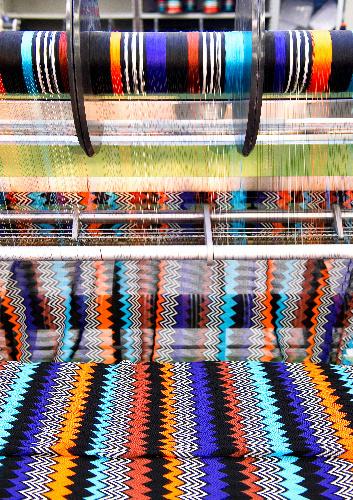 写真:独自に開発した編み機から生まれるミッソーニの生地=イタリア・スミラーゴ、佐田美津也氏撮影