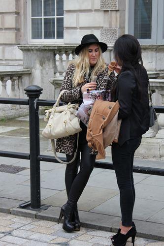 写真:まだ冷え込むロンドン、ファーが主流。大胆な柄も目立つ