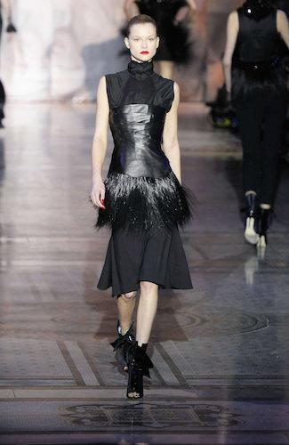 写真:ジャイルズ(Giles)。ストイックさとボンデージを融合させたドレス