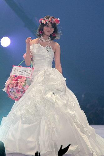 写真:ウェディングドレス姿で登場した佐々木希