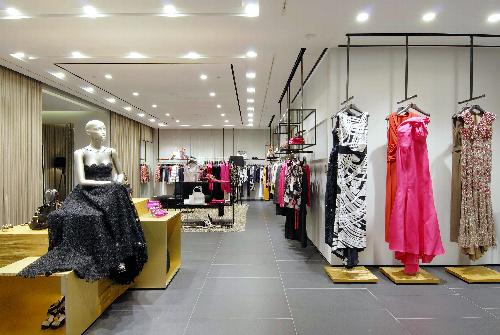 写真:(2)イブニングドレスを効果的に使ったエスカーダ・ブティック=エスカーダ・ジャパン提供