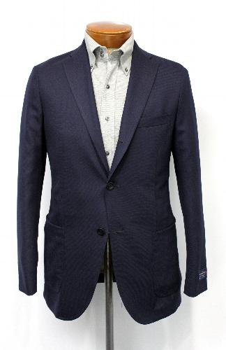 カラー写真:バーニーズ・ニューヨークが提案する、ジャケットとポロシャツの組み合わせ