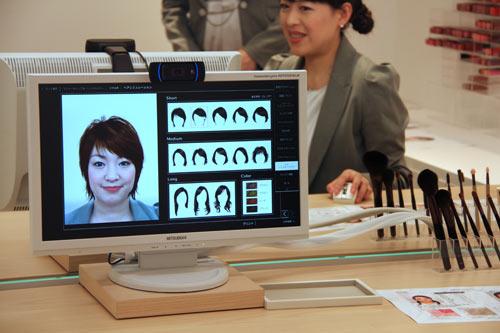 写真:髪型のシミュレーションもできるビューティーレッスンのコーナー