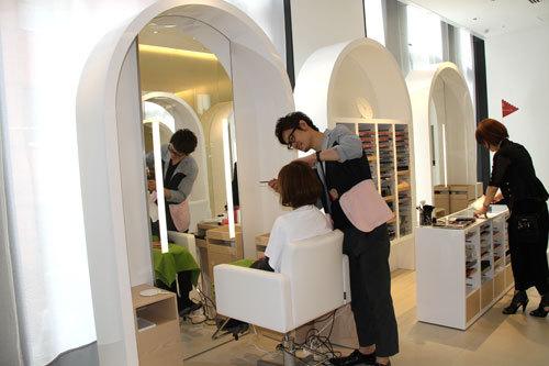 写真:スタイリストによるヘアメークアップコーナー「ビューティーブーストバー」