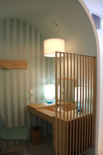 写真:個室風のブースで、メーク直しや休息もできる「ドレッシングテーブル」