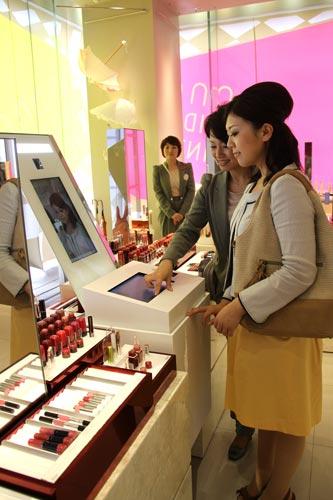 写真:資生堂の全ブランドをアイテムごとに集めた「ビューティーマルシェ」では、タッチパネルの操作で口紅などの色合いを疑似体験できる