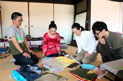 写真:客と生地選びをする「STORE」の國時夫妻(左側)=高松市内のギャラリー「NISHI NISHI」、竹端写す