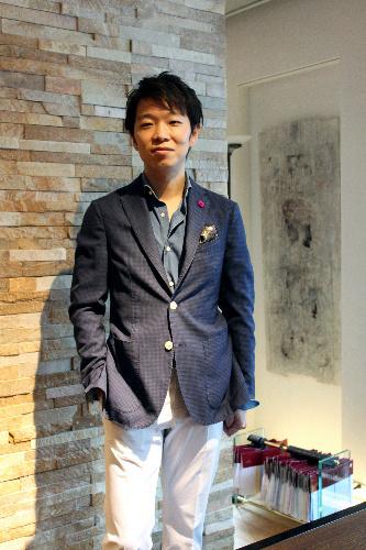 写真:[3]ラルディーニのジャケットに、フライのタンガリーシャツを合わせた、ストラスブルゴ南青山店の中村正明店長