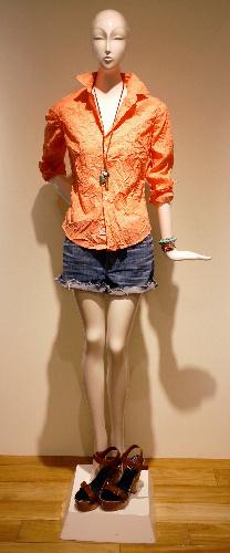 写真:[1]ロンハーマンのシャツとデニムのショートパンツ