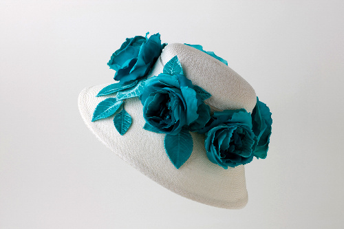 写真:白地にブルーの飾りが美しい帽子=文化出版局「ミセス」提供